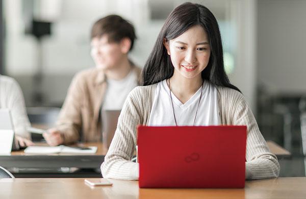 写真:パソコンをするイメージ